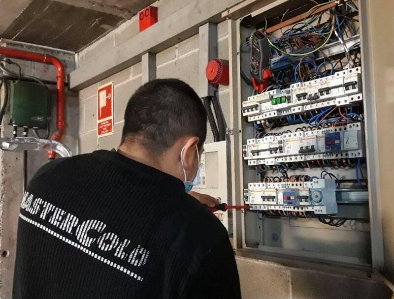 Grupo Mastercold puesta a punto de instalación eléctrica para inspección de baja tensión en Cornellá